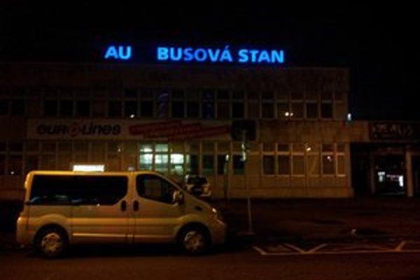 Aubusová stan svieti na budove stanice do diaľky.