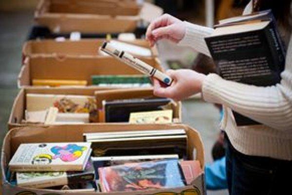 Na burze sa predajú tisícky kníh.
