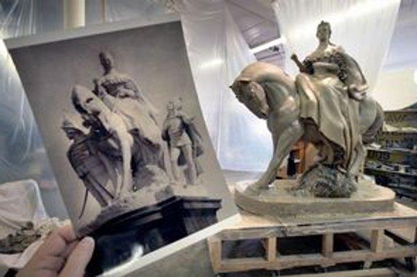 Sochu Márie Terézie robia podľa fotiek a fragmentov.