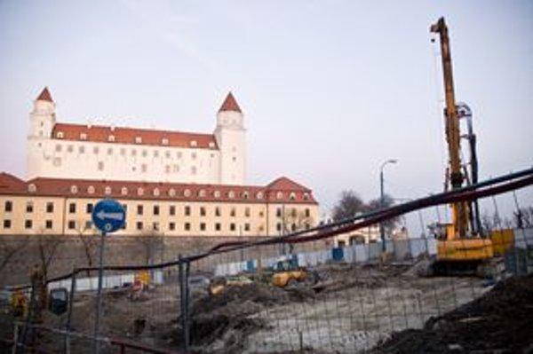 Z parku medzi Hradom a parlamentom bude podzemná garáž.