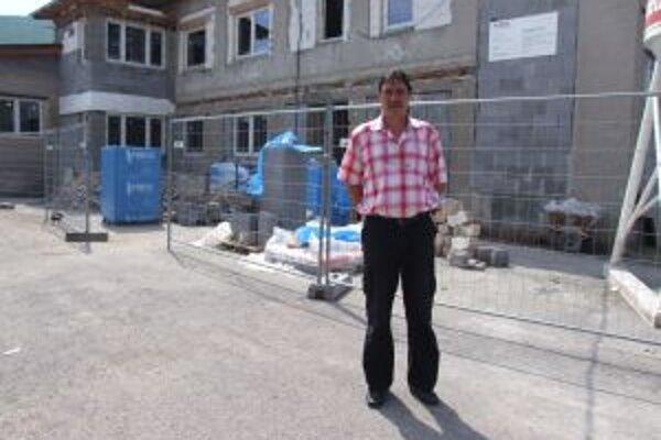 Rozostavaná bytovka. Hrabičovský starosta Ján Adámik tvrdí, že nové byty budú veľmi pekné.