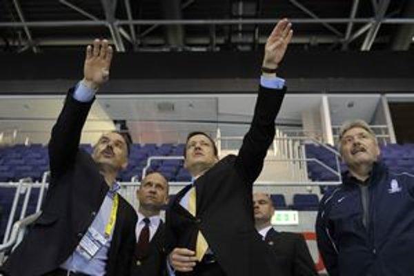 Štadión skontroloval aj Daniel Lipšic. Na sníme s s generálnym riaditeľom Organizačného výboru MS 2011 IIHF Igorom Nemečkom.