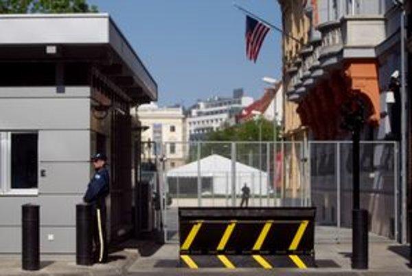 Polícia pozornejšie stráži americký tím aj budovu americkej ambasády v Bratislave.
