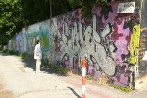 Grafity na múre pezinského amfiteátra.