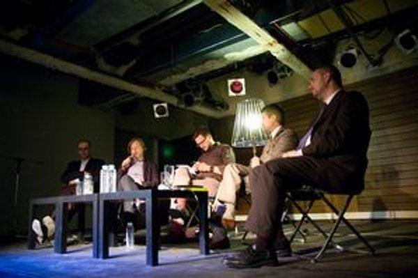 Hostia večera - Drahan Petrovič, Igor Marko, Matúš Vallo (moderátor, čítajúci otázky od ľudí, ktoré mu chodili smskou), Milan Ftáčnik, Ondrej Dostál
