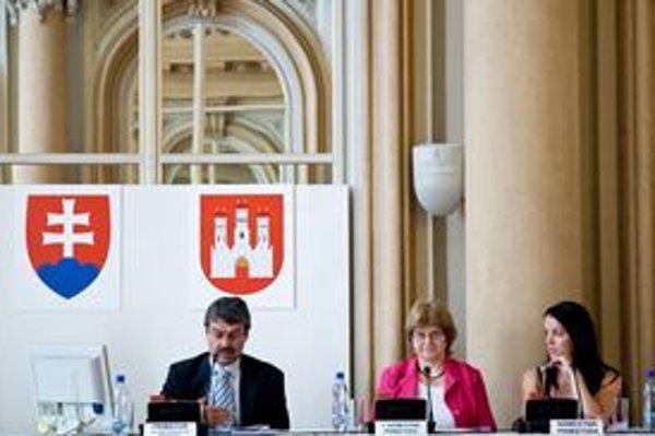 Nové námestníčky primátora. Viera Kimerlingová (KDH)– prvá námestníčka (v strede), Petra Nagyová-Džerengová (Most-Híd) sediaca vpravo.