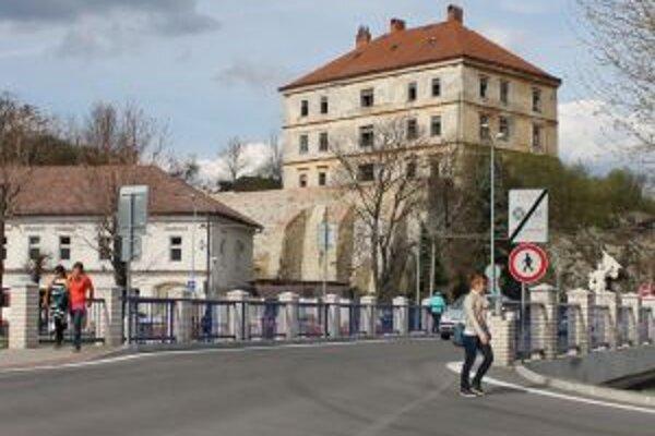 Most so zákazovou značkou. Osadili ju tam v januári, niektorí Žarnovičania ju stále ignorujú.