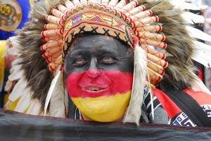 Nemecký fanúšik v Bratislave. Nemcov vraj prišlo viac než Rusov.