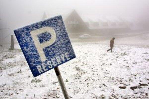 Parkovacích miet je na Skalke málo, V zimnej sezóne nestačia.