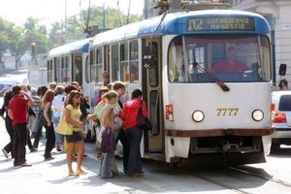 Cesta v MHD môže byť drahšia, najmä pre ľudí, ktorí nemajú Bratislavskú mestskú kartu.