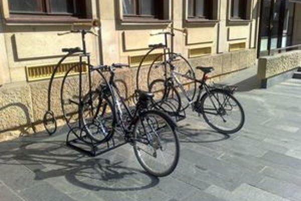 Stojan na bicykle s historickým dizajnom umiestnili pred mestským magistrátom. Nasledovať by malo ešte aspoň 50 ďalších cyklostojanov.