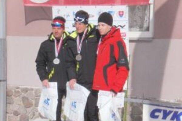 Víťazná trojica mužov a juniorov v skiatlone na 10 + 10 km. Zľava druhý Michal Polačko, víťaz Erik Urgela, tretí Miroslav Šulek.