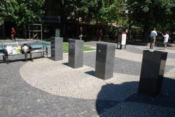 Žulové stĺpy postavili pri soche Pavla Országha Hviezdoslava na námestí pomenovanom po spisovateľovi v roku 2006. Ich správcu mesto nenašlo.