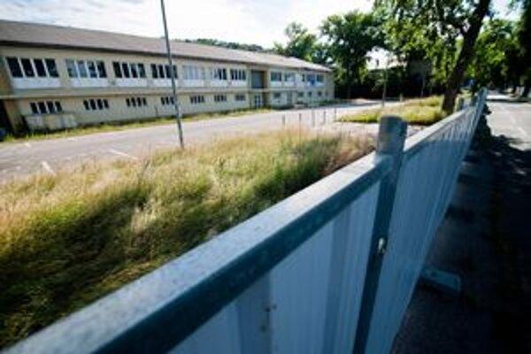 PKO dnes halí plot. Búracie povolenie na budovy je platné do konca roka. Hoci sa Henbury tento rok vyjadrilo, že búrať sa bude do konca roku, teraz hovorí, že termín závisí od vývoja situácie.