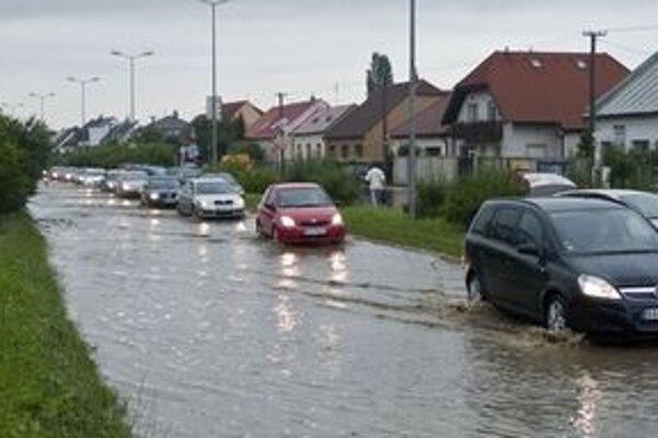 Zaplavená Račianska cesta pri Železničnej stanici Vinohrady.