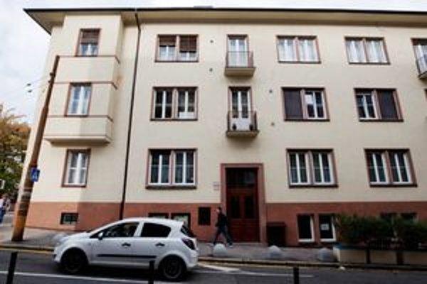 V minulosti získali mestské byty hlavne politici, umelci a známi ľudia. Minister financií Ivan Mikloš sa tak nasťahoval na Koziu ulicu (na snímke).