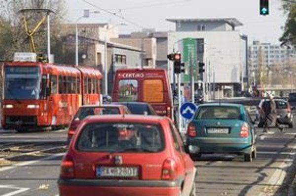 V Bratislave je priveľa áut, kritizuje Úrad životného prostredia