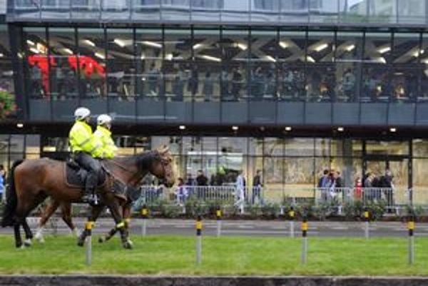 Policajti chodili aj na koňoch.