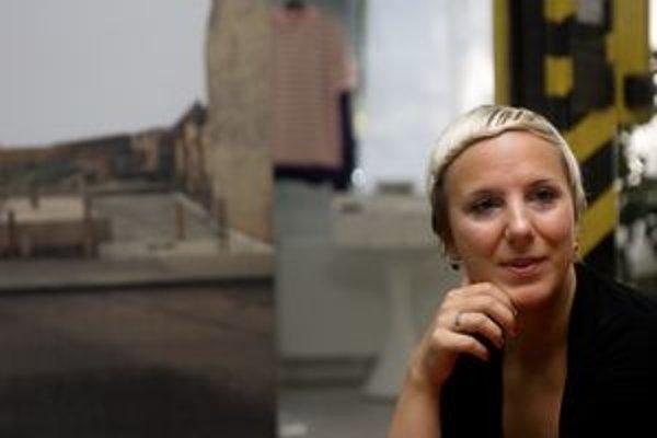 Olja Triaška Stefanovič narodila sa v Novom Sade v Srbsku. V roku 1997 prišla študovať fotku do Bratislavy, dnes pôsobí na katedre VŠVU, fotí mesto ajeho diery.