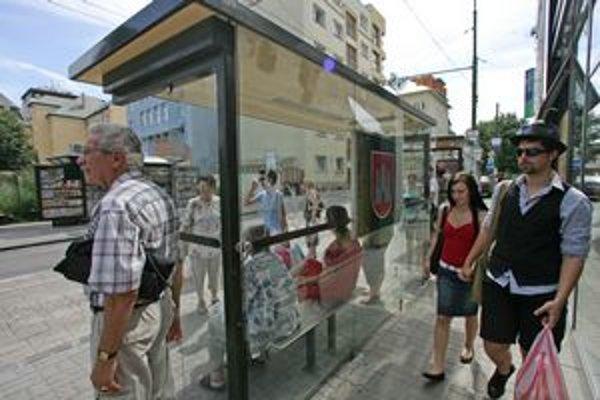 Bratislavčania budú dlhšie čakať na zastávkach. Niektoré dokonca budú zrušené.