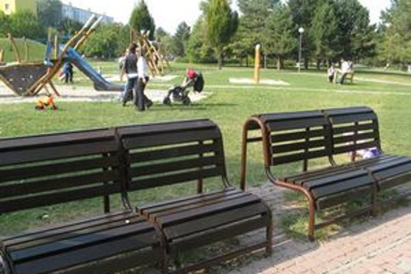 Nové lavičky v Ružinove.