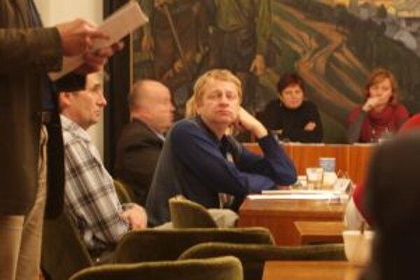 Milan Kyselica (v strede) už funkciu poslanca vykonávať nechce. O dôvodoch sa rozhodol mlčať.