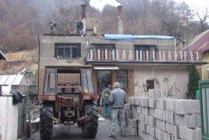 Oheň zničil strechu rodinného domu. Pri odstraňovaní škôd pomáhajú dobrovoľníci z dediny.