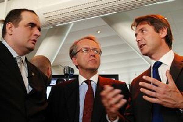 Vicežupan Ivo Nesrovnal (vpravo) nevysvetlil, prečo boli víťazi konaní vopred vybratí.