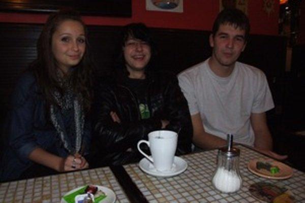 Veselá partia. Zľava Soňa, Ivo a Matej bojovali s ťažkou chorobou aj smiechom.