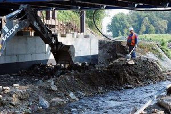 Práce na most v Častej.