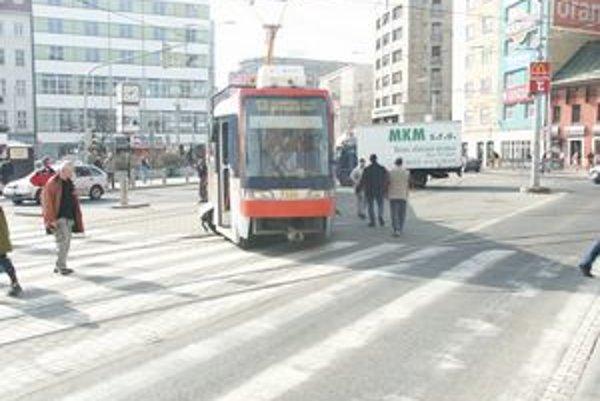 Pre zlý stav trate nepremáva napríklad električka číslo 13 na Hlavnú stanicu.