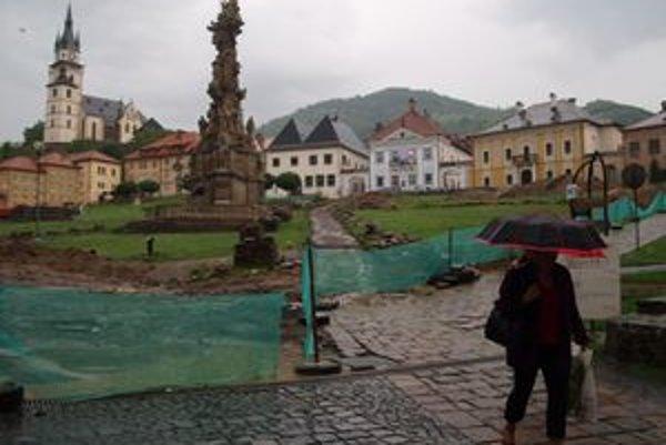 Štefánikovo námestie v Kremnici. Jeho rekonštrukcia sa predražuje. Práce navyše si vyžiadal aj rozbahnený terén.