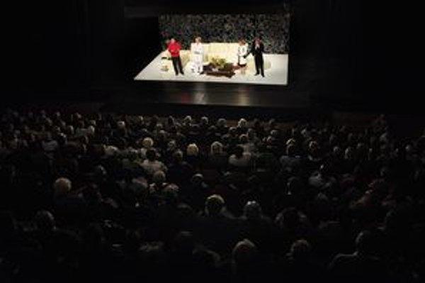 Seniori si pozreli predstavenie Boh Masakra.