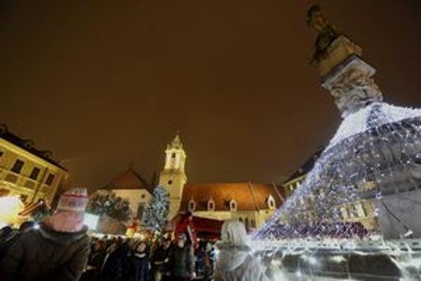 Dnes sa začali vianočné trhy, stánky budú lákať až do 23. decembra.