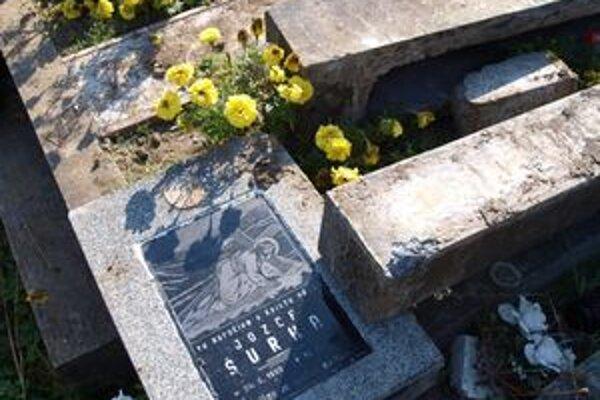 Zosuv pôdy poničil viaceré náhrobné kamene.