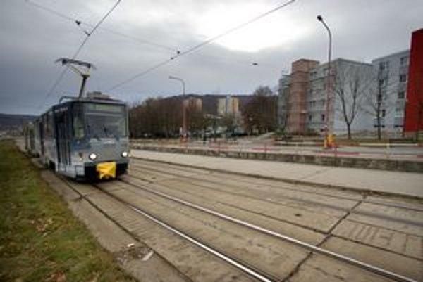 Trať v bratislavskej Dúbravke. Jej rekonštrukcia sa odkladá už roky. Dopravný podnik hovorí o kritickom úseku Pri kríži – Hanulova. Zatiaľ spoje jazdia, dopravca však znížil rýchlosť.