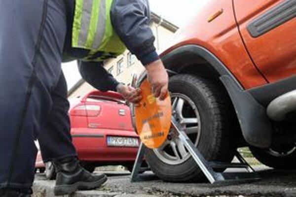 Za november dali v Bratislave na autá viac než 3000 papúč.