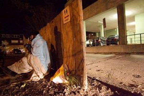 V Bratislave sa pohybuje asi 2500 až 3000 bezdomovcov. V noci im pomáhajú streetworkeri.