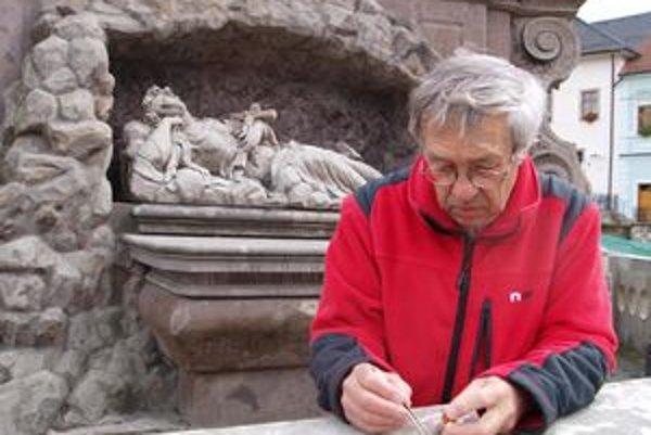 Na opadávanie plátkového zlata upozornil kremnický fotograf Miloš Lacko.
