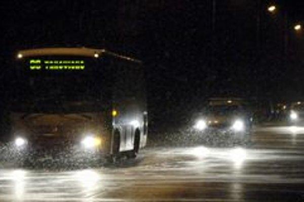 Kvôli mrazu majú problémy najmä autobusy.