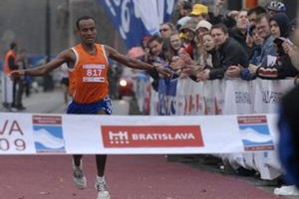 Polmaratón na minuloročnom vytrvaleckom podujatí v Bratislave vyhral Etiópčan v maďarských službách Ashenafi Erkolo.