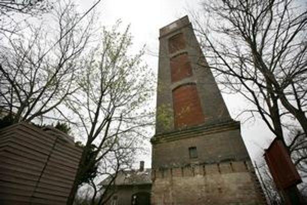 Na petržalskú vodnú vežu na Tyršovom nábreží sa nedá dostať už niekoľko rokov. Plán na jej využitie zatiaľ neexistuje, isté však je, že ani tento rok sa neotvorí.