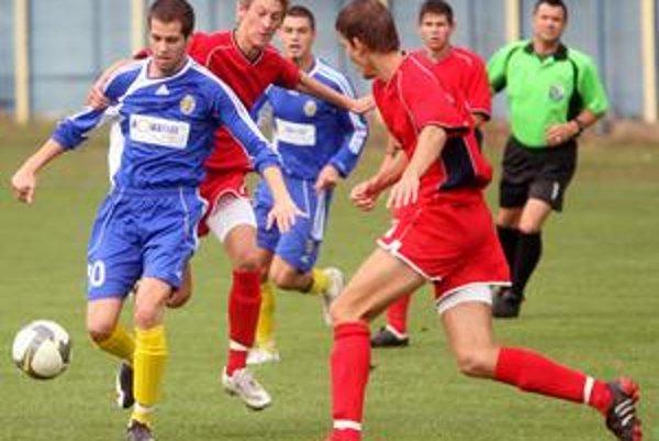 Hráči ŠKP Dúbravka (v červených dresoch) budú zajtra v súboji 18. kola III. ligy s FC Ružinov hrať o prvé jarné body.
