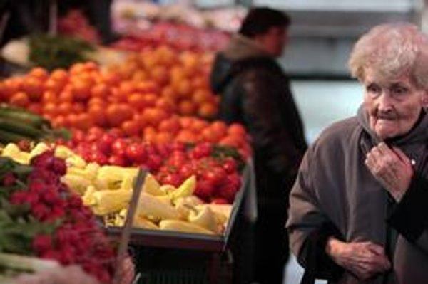 Na najväčšom trhovisku na Miletičovej ponúkajú okrem zeleniny, ovocia a kvetov aj odev a obuv.