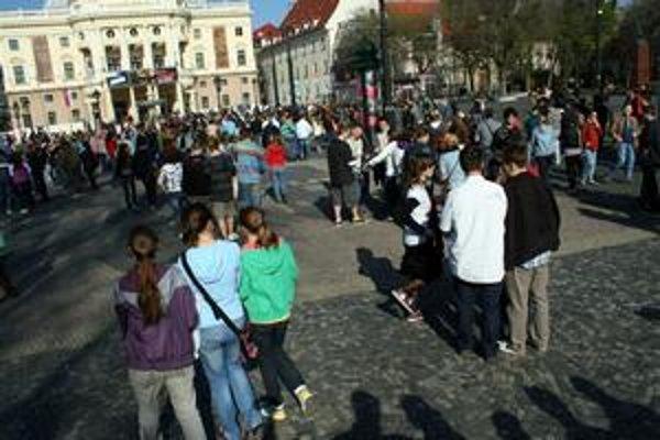 Hviezdoslavovo námestie sa v sobotu premenilo na miesto bez pohybu, stovky ľudí sa tu zmrazili na sochy.