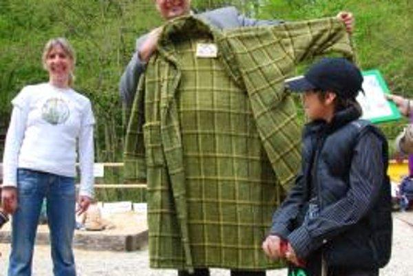 Pavol Frešo dostal počas akcie Zažite Deň Zeme na Klepáči od Inštitútu aplikovanej ekológie Daphne symbolický zelený župan.