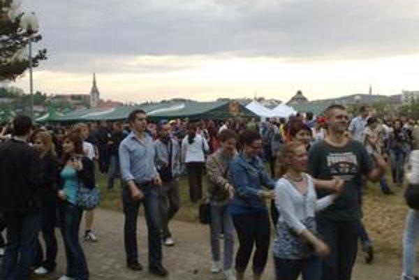 Na majáles otvorili časť mestskej pláže na Tyršovom nábreží. Davy ľudí sem prilákali koncerty obľúbených skupín.