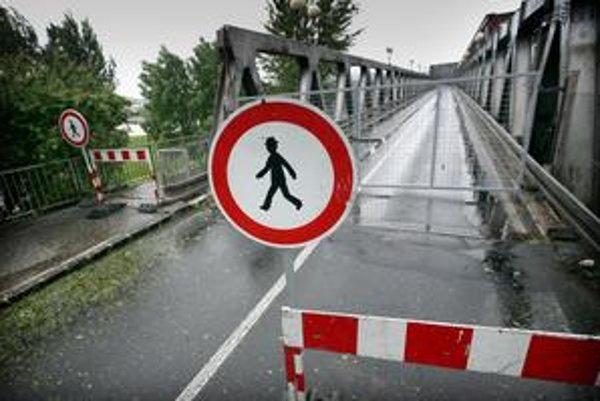 Na Starý most už nemôžu chodci, mesto ho dnes dalo uzavrieť, lebo je to nebezpečné.