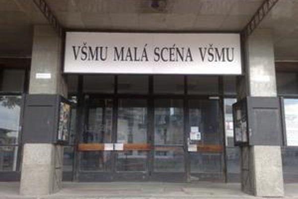 Pôvodné priestory Malej scény na Dostojevského rade opúšťajú študenti VŠMU. S rekonštrukciou budovy sa neráta.