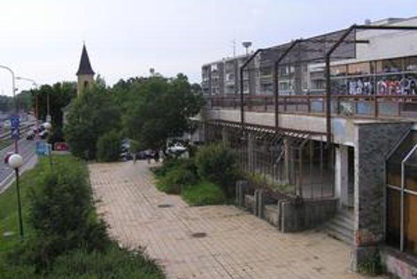 Niekdajšia reštaurácia Kotva chátra už roky. Mesto chcelo na jej nájomcu vypísať súťaž.